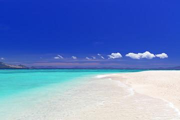 水納島の美しいビーチと夏空