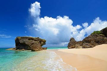 ウカビ島の綺麗なビーチと夏空