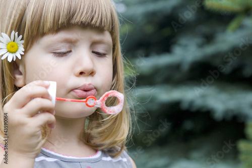 dziecko i bańki