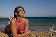 Donna in relax in spiaggia