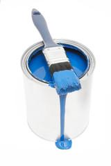 Blauer Farbeimer mit Pinsel