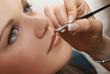 Atelier maquillage - portrait d'une ado se faisant maquiller
