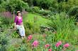 Seniorin genießt den Garten