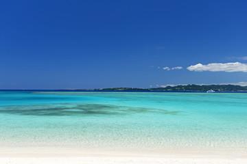 美しい珊瑚の海と紺碧の空