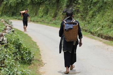 Hmong noir  marchant dans la montagne