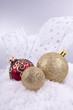 rote und goldene Weihnachtskugeln Christbaumschmuck auf weißem