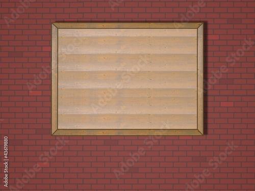 Holztafel an Ziegelwand