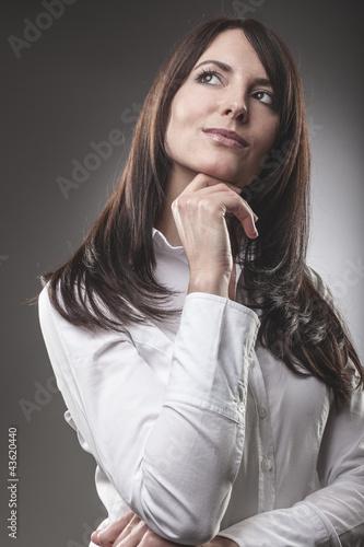 Nachdenkliche seriöse Frau