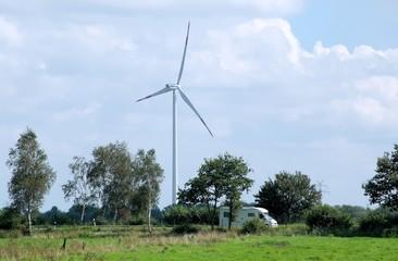 Windkraftanlage und Wohnmobil