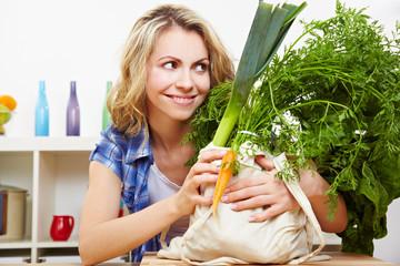 Lachende Frau mit Bio-Gemüse