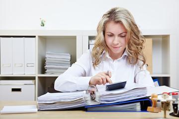 Geschäftsfrau berechnet Finanzierung