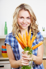 Frau mit einem Bund Karotten