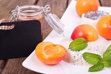 Sahnepudding mit Aprikosen