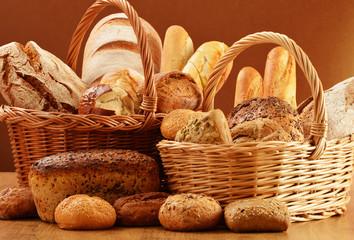 Kompozycja z chleba i bułek w wiklinowym koszu