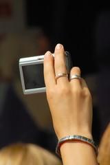 Junge Frau benutzt Digital Kamera