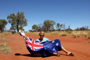 Jeune homme allongé avec le drapeau australien