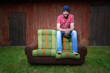 Lächelnder Mann auf einer Couch
