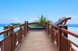 piscine ; lit de soleil et passerelle en bois massif