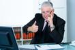 erfolgreicher seniorchef zeigt daumen hoch