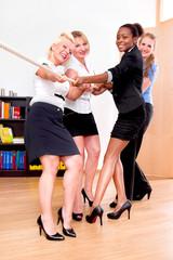 Frauen ziehen an einem Strang