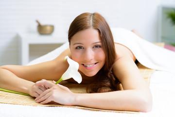 junge frau im kosmetikstudio