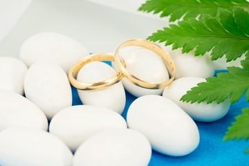 confetti bianchi e fedi nuziali