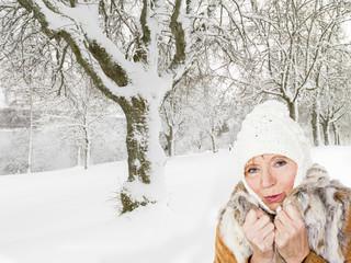 Aktive Frau (64 Jahre) beim Spazierengehen im Winter