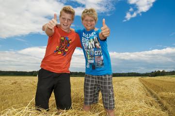 Zwei Kids im Weizenfeld