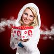junge blonde Frau mit Geschenkbox