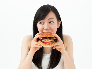 ハンバーガーを食べる女の子