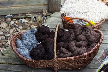 Schafswolle im Weidekorb