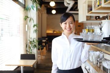 カフェ・レストランで働く女の子