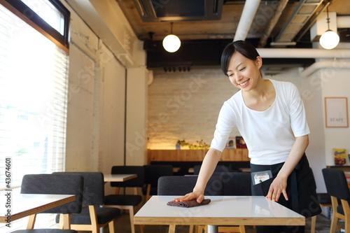 カフェで働く女の子