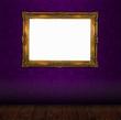 Bilderrahmen in Gold vor Tapete violett mit Holzboden