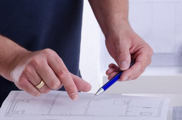 Architekt zeigt einen Grundriss