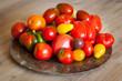 Bunte Tomaten auf Teller