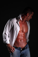 uomo semi nudo in camicia