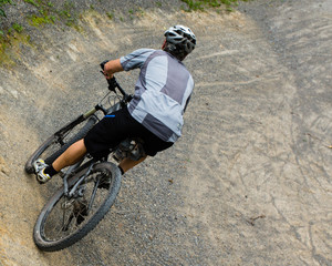 Mountainbiker in der Kurve
