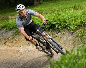 Mountainbiker in Schräglage