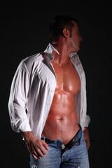 uomo semi nudo in camicia bianca