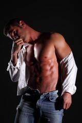 uomo muscoloso in camicia