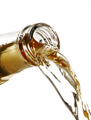detalle de botella sirviendo licor,pico de botella