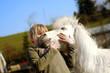 Heilpädagogisches Reiten Mädchen liebt ihr Pony