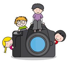 Niños con una cámara de fotos