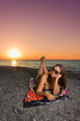 Ragazza in spiaggia al crepuscolo