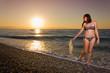 Ragazza passeggia lungo la riva