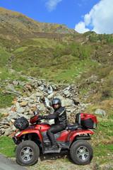 Mit dem ATV vor dem Wasserfall in den Bergen
