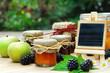 Marmeladen und Obst mit blanko Schrifttafel