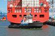 Schlepper vor Containerschiff