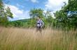 Mann in Lederhosen in der Natur / Bayern
